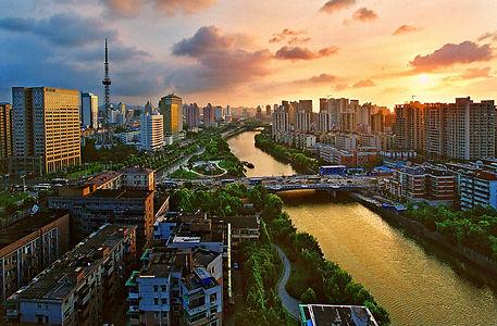 hangzhou hat über 8 millionen einwohner und liegt im osten chinas, an der mündung des qiantang-flusses. in der stadt beginnt auch der kaiserkanal, die wohl wichtigste wasserstraße des landes. sie ist mit 1.800km der längste, von menschen geschaffene kanal der welt. die metropole beherbergt zudem 8 universitäten und hochschulen, von denen die zhejiang-universität zu einer der besten des landes zählt.