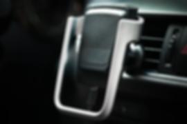 boltron ist eine smarte autohalterung für dein smartphone. durch seine flexibilität kann es nahezu jedes aktuelle telefon halten und kann in allen autos angebracht werden. das usb kabel wird direkt am boltron angebracht, das heißt, du kannst dein phone sofort entnehmen. geladen wird es kontaktlos mit der neuesten qi technologie. damit du das handy beim aussteigen nicht vergisst, ertönt außerdem ein alarm, wenn du die zündung ausschaltest. erhältlich ist das gadget in verschiedenen farben.