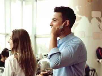 an lauten orten reden und hören ob in der u-bahn oder im coffee-shop, der ton ist knackig und klar. wie? der sound geht direkt über dein innenohr, während der angelegte finger hilft umweltgeräusche zu blocken.
