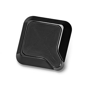 qlyx ist eine intelligente smartphonehalterung, die etwas anders als andere ist. denn das kleine gerät verfügt nicht über ein saugnapf, wie viele seiner mitbewerber, sondern wird fest an einer stelle, zum beispiel im auto, installiert. möglich ist das über die lüftungshalterung oder den selbstkleber. auf die rückseite des smartphones muss dann nur noch der kleine, sichere magnet geklebt werden und schon kann es losgehen. bringst du dein handy dann an, beginnt die qlyx-app automatisch.