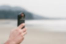 moment 2.0 sind eigentlich 3 produkte, die iphone 7 und 7 plus beziehungsweise google pixel in eine profikamera verwandeln sollen. zum einen sind es 2 cases, die jeweils das 3. produkt, die linse halten sollen. in einem case befindet sich ein zusätzlicher akku, da beim vielen fotografieren dieser schnell zur neige geht. die linse ist ein weitwinkel-objektiv, welches atemberaubende bilder schießt.