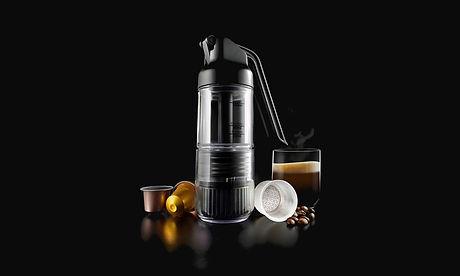 """simpresso ist eine neue tragbare espressomaschine, die hochwertigen espresso jederzeit herstellen kann. bereite verschiedene espressogetränke mit dem gerät vor. simpresso ist eine zusammensetzung aus """"simple"""", also einfach und """"espresso"""". es stellt espresso, cappuccino,  café latte, iced coffee und vieles mehr her. außerdem ist es kompatibel mit originalen nespresso kapseln. durch das kompakte design ist der simpresso der perfekte begleiter zum zelten, wandern, reisen und vielem mehr."""
