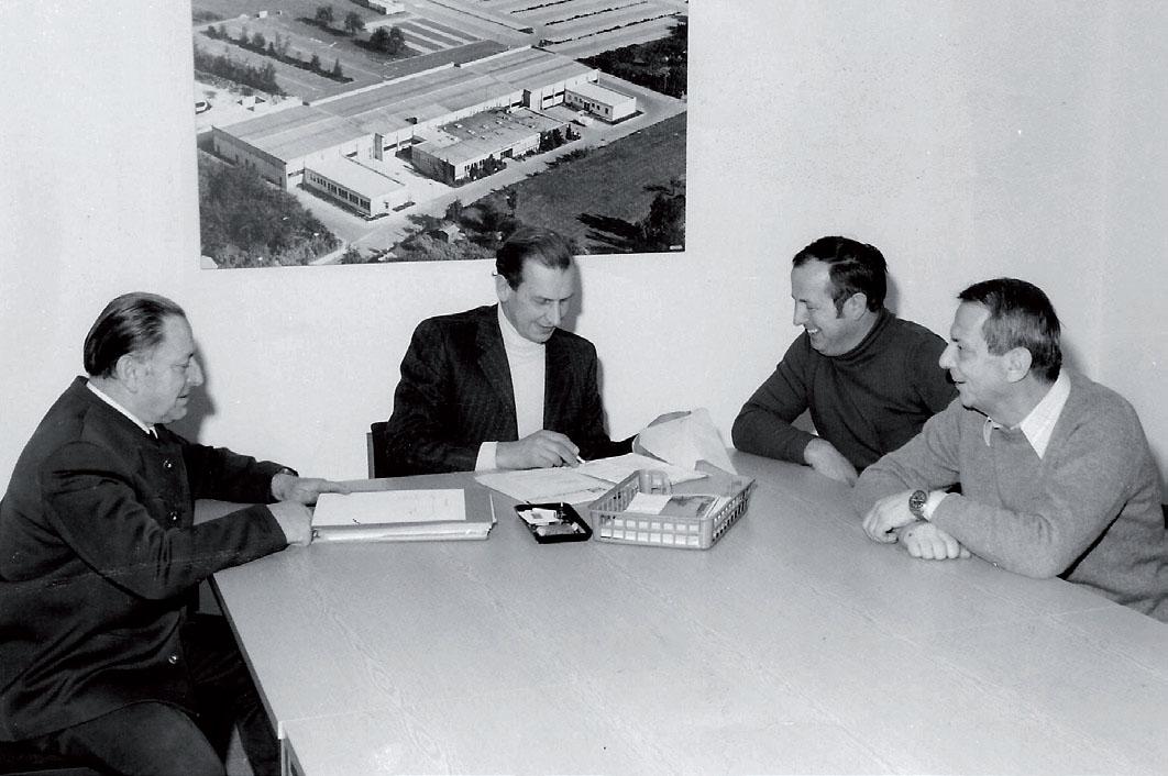 Sitzung vor dem Bild der neuen Halle