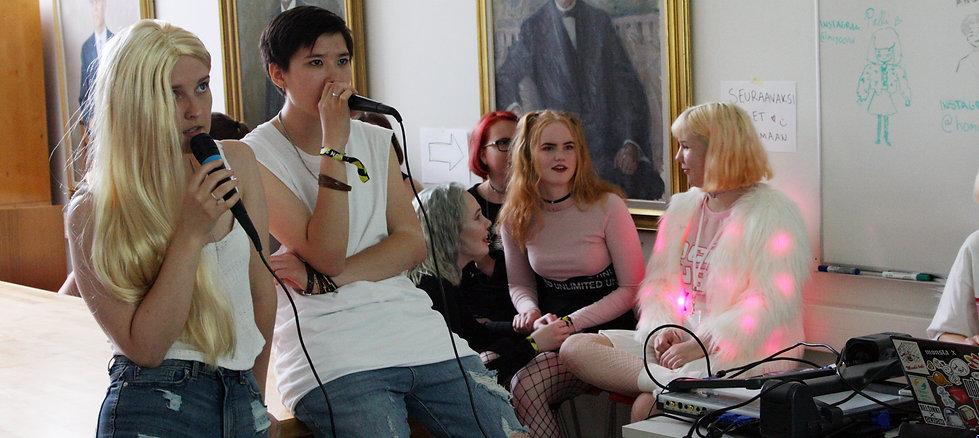 people singing karaoke at k-con suomi