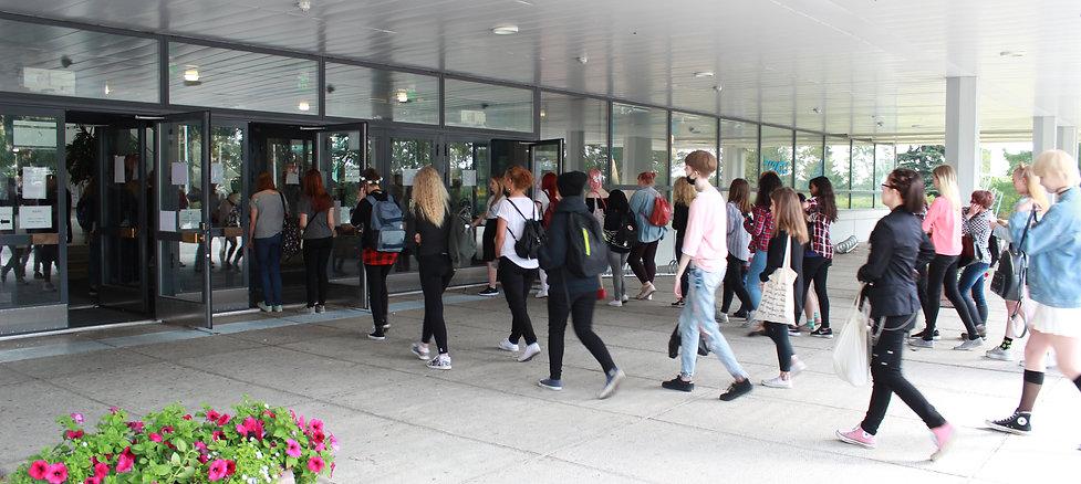 people entering k-con suomi event