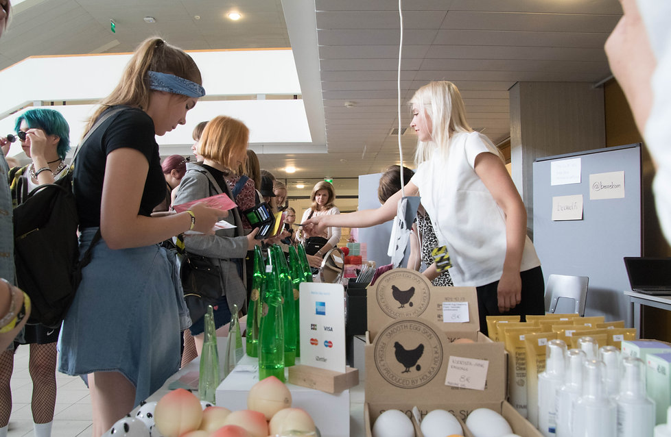 people shopping at k-con suomi event