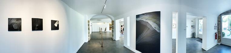 Photo panoramique d'une exposition de Lionel Sabatté, fragments mouvants, montrant des sculptures et des tableaux à la fondation Bullukian