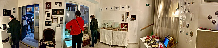 Photo Panoramique d'une exposition collective dans un appartement privé donnant sur la rue Royale lors du vernissage