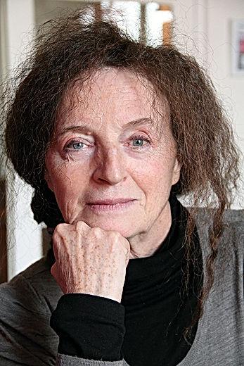 Portrait de Roseline Verdier le visage reposé sur son point, nous regardant droit dans les yeux