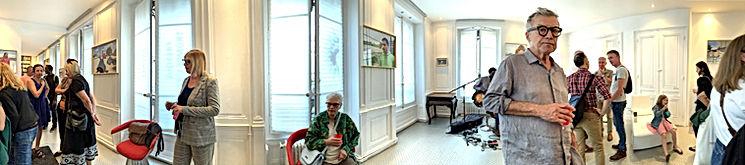 Photo panoramique de vernissage de l'exposition in situ de Sophie Comtet-Kouyaté à l'espace d'art contemporain l'Atelier Royal à Lyon avec de nombreux visiteurs