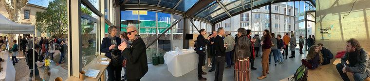 Photo panoramique d'un vernissage à l'Institut d'Art Contemporain, à l'extérieur de l'espace d'exposition