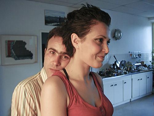 Portrait de Sam Rousseau avec une jeune fille dans une cuisine