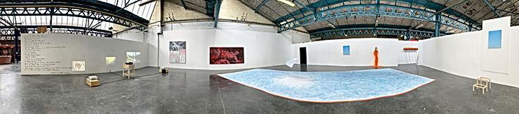 Photo Panoramique d'une exposition collective ll restera le ciel de Ugo Sebastiao, Jérôme Lavenir, Maxime Possek  dans l'espace sans visiteurs des Halles du Faubourg