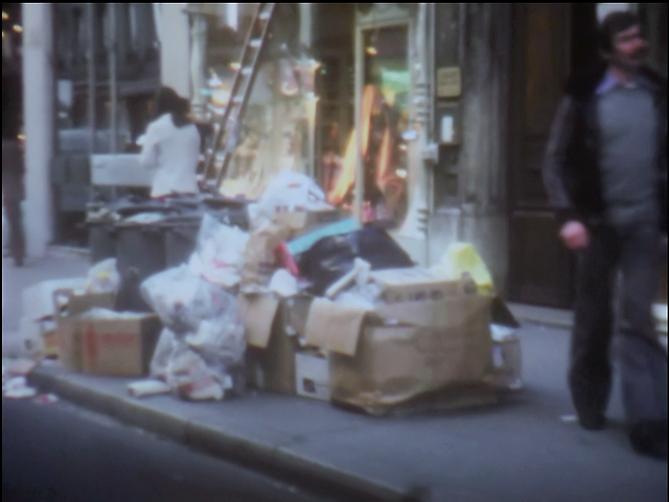 Image Extrait d'accumulation d'un film de Georges Rey. Sur le trottoir, des cartons, des poubelles, des immondices, des ordures