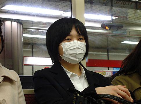 Portrait d'une inconnue avec un masque dans le métro de Tokyo