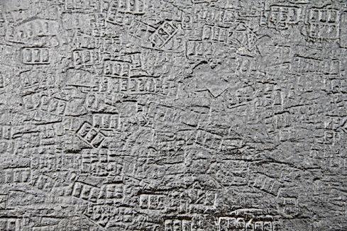 Photo d'une surface de goudron déformées par des pieds de chaises qui ont laissés des traces par temps chauds