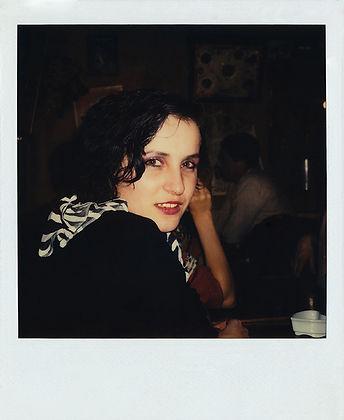 Portrait polaroïd très glamour de Hauviette Bethemont sur un fond noir