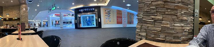 Photo panoramique d'un bar et son environnement au centre la Part-Dieu devant une boutique Célio
