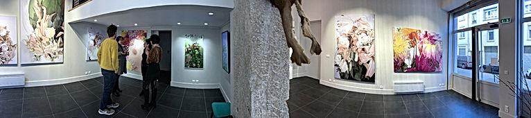 Photo panoramique d'une exposition de Élizabeth Gilbert Dragic de tableaux de fleurs à la Galerie B+ à Lyon