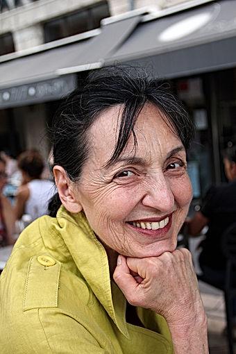 Portrait rapproché de Michelle Simian à la terasse d'un café