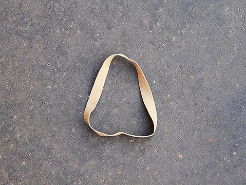 Photo d'un elastique large sur un trottoir