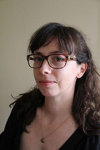 Portrait de Sophie Combes avec des lunettes et un pendantif