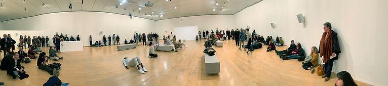 "Photo panoramique du musée d'Art contemporain à Lyon, performance "" regarder respirer"" de Tal Isaac Hadad"