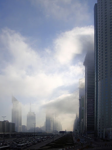 Avenue Cheikh Zayed traversée par des nuages.