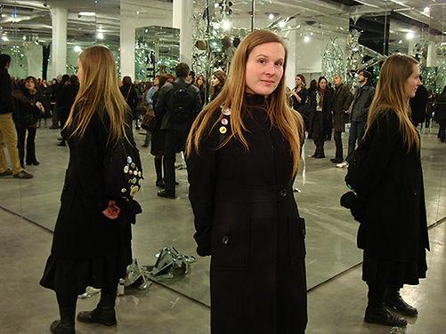 Portrait en pied de Alexandra David réfléchie par des miroirs d'une oeuvre d'art au Magasin