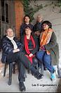 Image du film Bas-côtés de Georges Rey. 5 personnes dont deux femmes et trois hommes posent pour une photo dans un décors de maison de campagne.