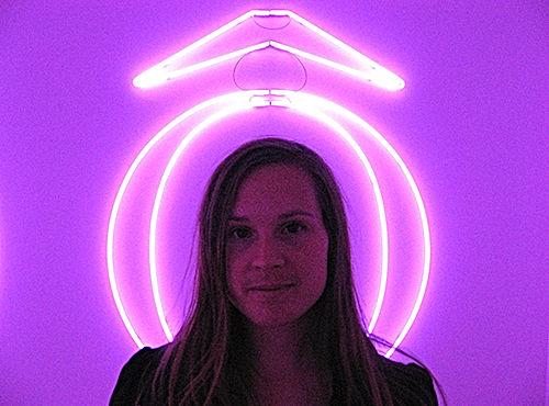 gros plan de Alexandra David, encadrée d'un néon sur un fond violet