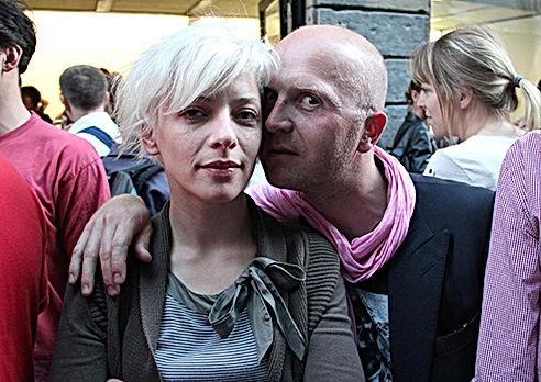 Portrait de Sébastien Pecques son visage sur la joue de Maud Mesnier au milieu de la foule