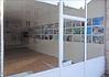 Image de ma petite maison dans la prairie film de Georges Rey. Une vitrine de galerie avec derrière de nombreuses photos exposées sur un mur