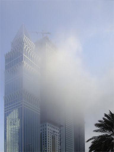 Immeubles avenue Cheikh Zayed de Dubaï à peine cachés par un nuage