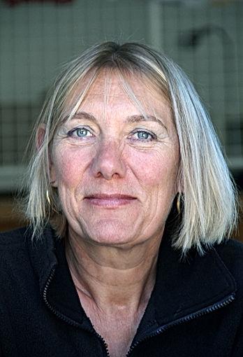Portrait d'Isabelle Antoine, nous regardant droit dans les yeux avec une veste noire