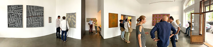 Photo panoramique du centre d'art la BF15 lors du vernissage exposition Songlines de Ronnie Tjampintjinpa etWalala Tjapaltjarri