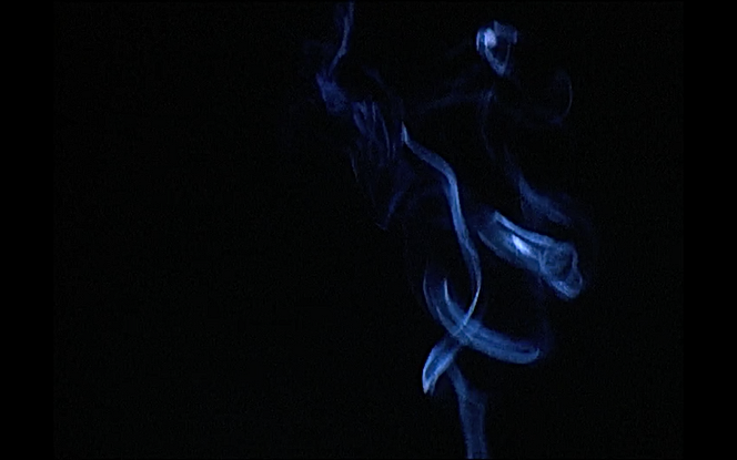 Photo extraite du film fumée de Georges Rey. Sur un fond noir, apparait une fumée bleue évanescente.