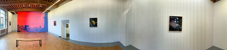 Photo panoramique de l'espace vide du lieu d'exposition le Bleu du Ciel affichant les créations de Philippe Durand