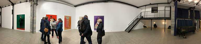 Photo panoramique au Goethe Institut, exposition d'Anke Doberauer : Hommes