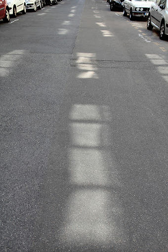 Réverbération du soleil tapant sur des fenêtres d'immeubles dans la rue
