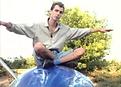 Image extraite du film les enfants gâtés de l'art de Georges Rey. Personnage assis en tailleur les bras écartés