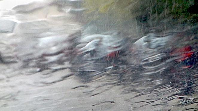 Image extraite du film Trombe de Georges Rey. Une trombe d'eau sur un pare-brise empêche de voir ce qu'il y a à travers. On ne voit pas la réalité