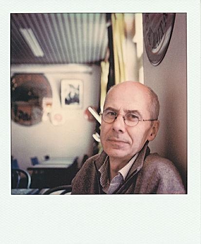 Portrait polaroïd en plan rapproché de Pierre Piessat dans un café en plan rapproché