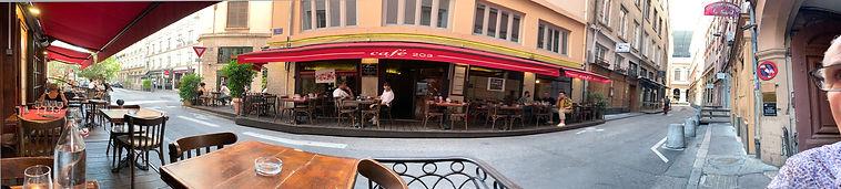 Photo panoramique d'une vue extérieure du café 203