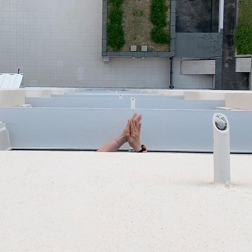 Image tirée d'une vidéo applaudissement où des mains sortent d'un balcon, vue du balcon du dessus. Les mains applaudissent