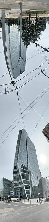 Photo panoramique verticale de la tour Oxygène à l'angle du boulevard Vivier Merle et de la rue Bonnel avec à l'envers en haut de l'image la tour Swiss Life