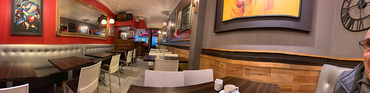 Photo panoramique à l'intérieur du café Jules à Lyon, presque vide