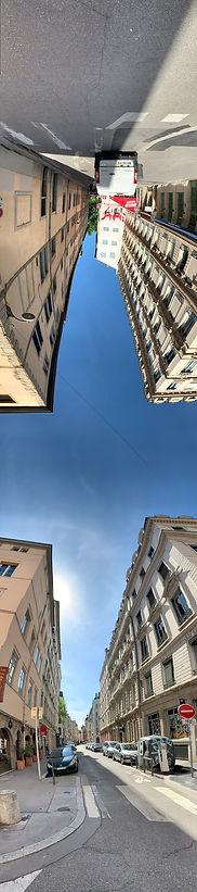 Photo panoramique verticale montrant de le croisement de la rue de l'arbre Sec et de la rue de la Bourse, le haut de l'image montre des bâtiments à l'envers