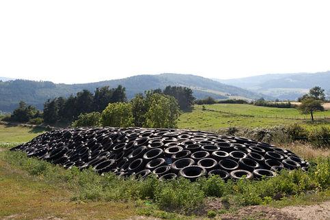 Ensilage de foin sous une bâche et des pneus dans un cadre champêtre