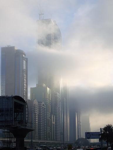 Immeubles avenue Cheikh Zayed de Dubaï congrontés à un envahissement de nuages